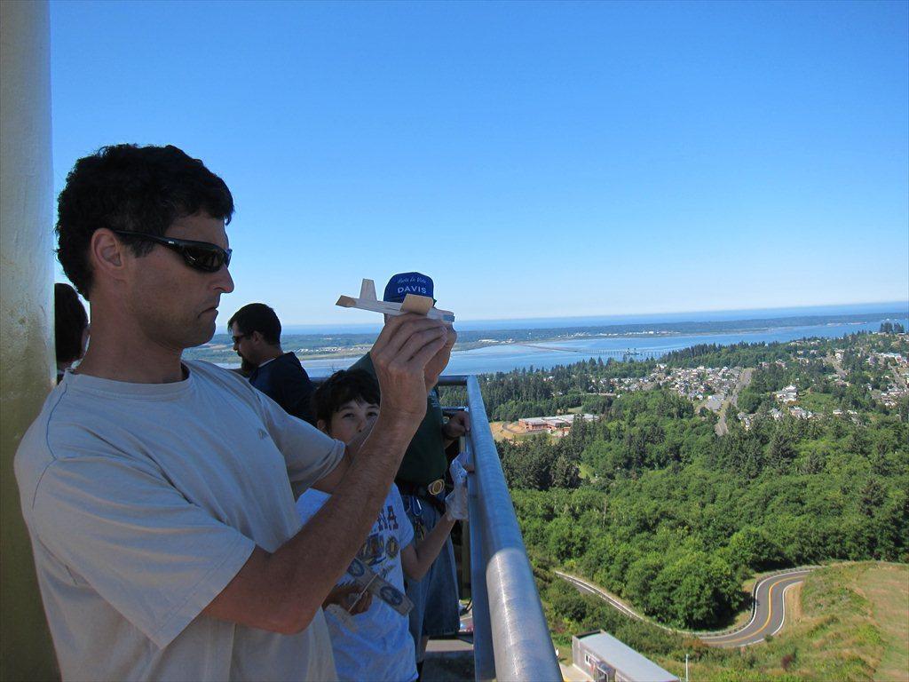 מעיפים טיסנים מהמגדל של אסטוריה