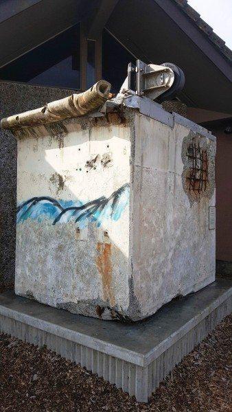 גוש בטון שהתנתק מרציפים ביפן בזמן הצונאמי של האסון הגרעיני. צף לו באופן מופלא עד לחופי ניופורט ונחת שם. בתצוגה בחצר המרכז.