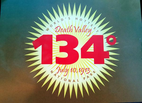שלט בפארק עמק המוות שמשוויץ בטמפרטורה של כמעט 57 מעלות