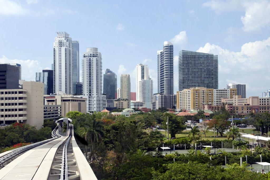 פסי המטרומובר על רקע הדאונטאון של מיאמי