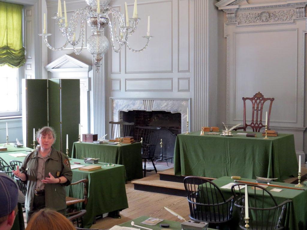 סיור באולם בו נחתמה הצהרת העצמאות האמריקאית