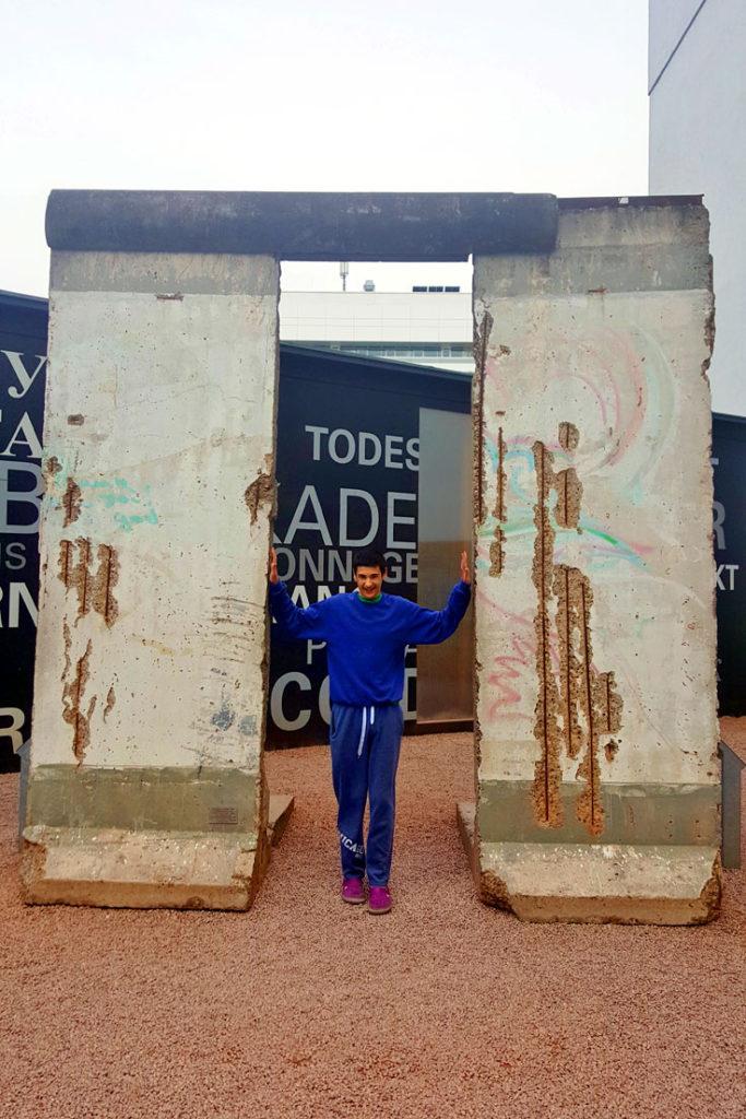 דן מנסה להפיל את מה שנשאר מחומת ברלין